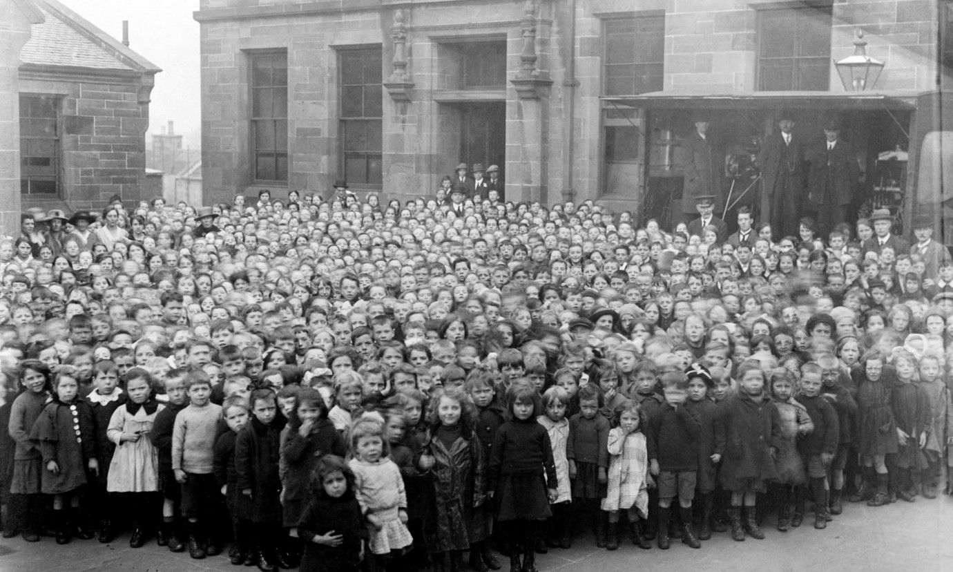 A crowd of primary school-age children from 1918